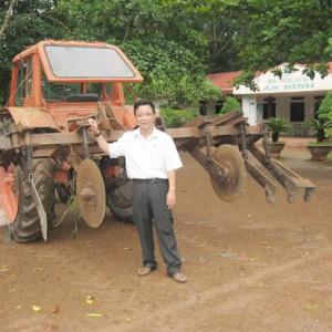 Người nông dân vượt khó nhờ nghiên cứu máy cắt cỏ
